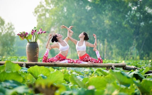 Tạo dáng yoga đẹp mắt bên hồ sen của cô gái Hà thành - 8