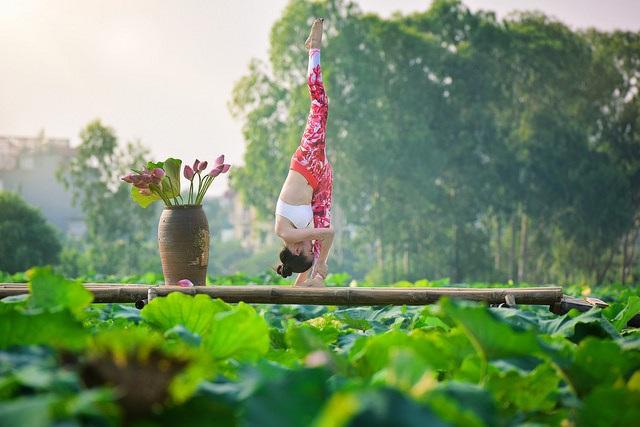 Tạo dáng yoga đẹp mắt bên hồ sen của cô gái Hà thành - 11