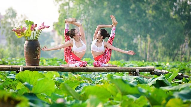 Tạo dáng yoga đẹp mắt bên hồ sen của cô gái Hà thành - 13