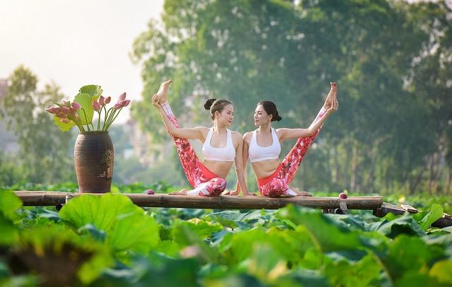 Tạo dáng yoga đẹp mắt bên hồ sen của cô gái Hà thành - 17