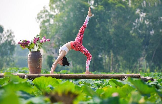 Tạo dáng yoga đẹp mắt bên hồ sen của cô gái Hà thành - 16