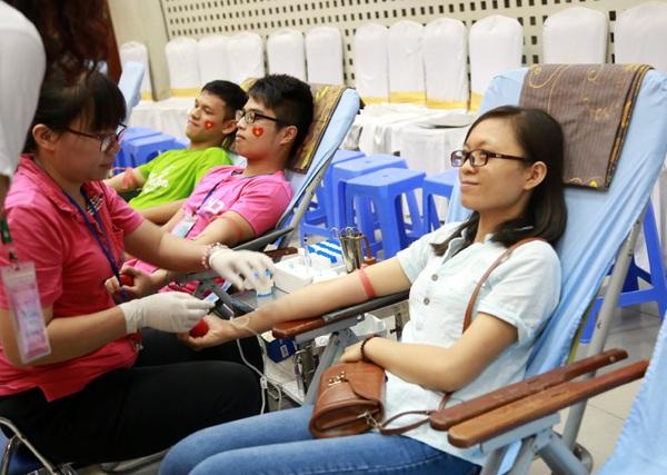 Trong số các bạn trẻ hưởng ứng ngày hội, có rất nhiều người mới lần đầu hiến máu tình nguyện nên không tránh khỏi lo lắng
