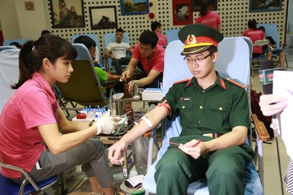 Các tình nguyện viên áo hồng trò chuyện, chăm sóc người hiến máu