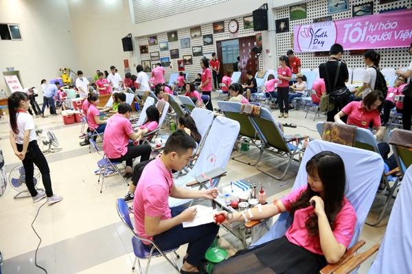 Hội trường lớn của Viện Huyết học và Truyền máu Trung ương chật kín các bạn trẻ hiến máu tình nguyện