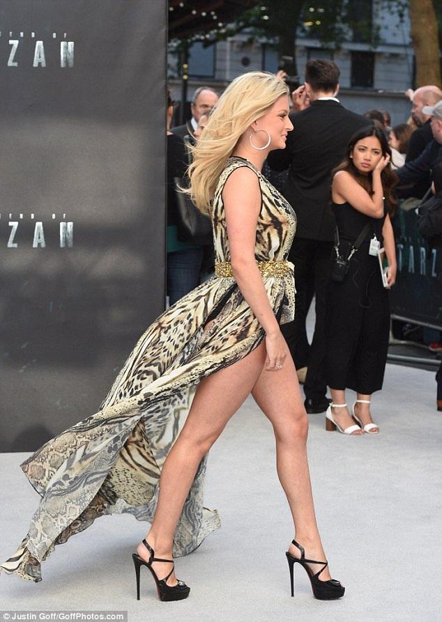 Người đẹp 23 tuổi diện bộ váy hở bạo và rất tự tin tạo dáng trước ống kính phóng viên ảnh