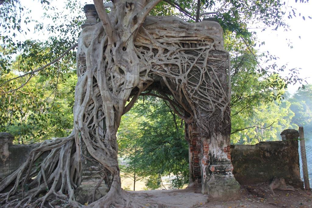 Cổng phủ Tương nhìn ra ngã ba hợp lưu giữa Sông Nậm Mộ và Nậm Nơn, nơi khởi nguồn của dòng sông Lam.