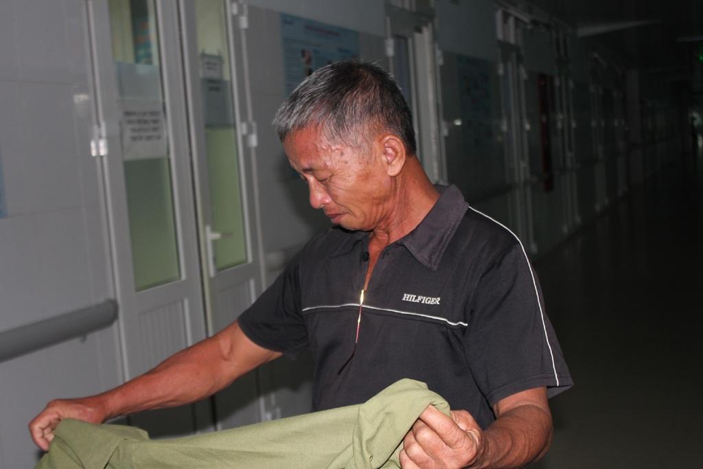 Đã gần 10 ngày chăm cháu ở bệnh viện, ông chưa đêm nào chợp mặt nổi một tiếng đồng hồ.