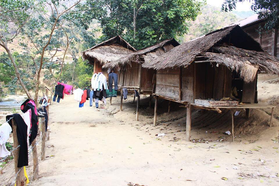 Ở nhiều địa bàn vùng cao của Nghệ An, các em học sinh vẫn phải ở trong những túp lều tạm để đi học.