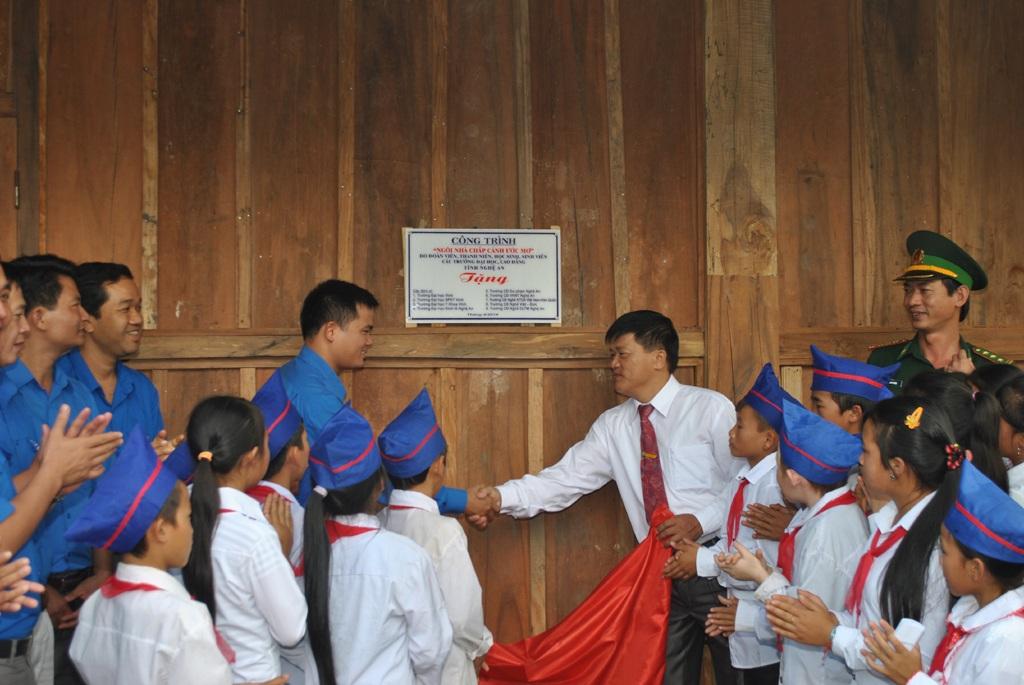 Căn nhà gỗ vững chãi, khang trang do Hội sinh viên và Bộ đội Biên phòng Nghệ An xây dựng đã giúp 80 học sinh xã Na Ngoi có chỗ ở trước thềm năm học 2014-2015 (ảnh Minh Châu).