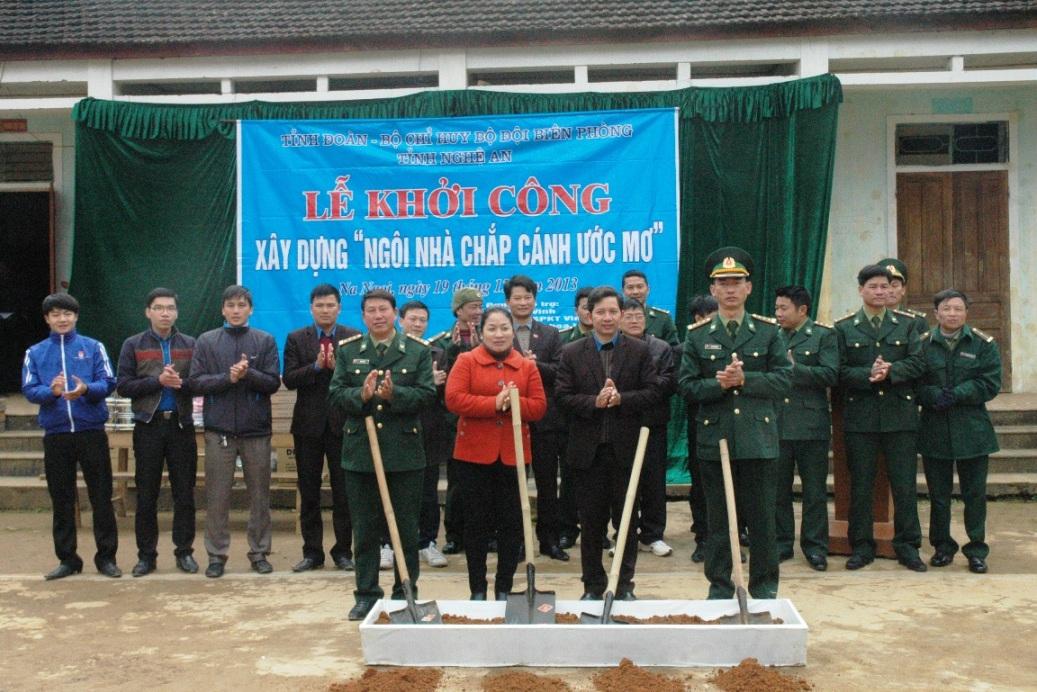 Sinh viên 9 trường ĐH, CĐ ở Nghệ An đã đóng góp được 150 triệu đồng, cùng với lực lượng Bộ đội Biên phòng xây nhà bán trú cho học sinh xã biên giới Na Ngoi (Kỳ Sơn, Nghệ An) (ảnh: Minh Châu).