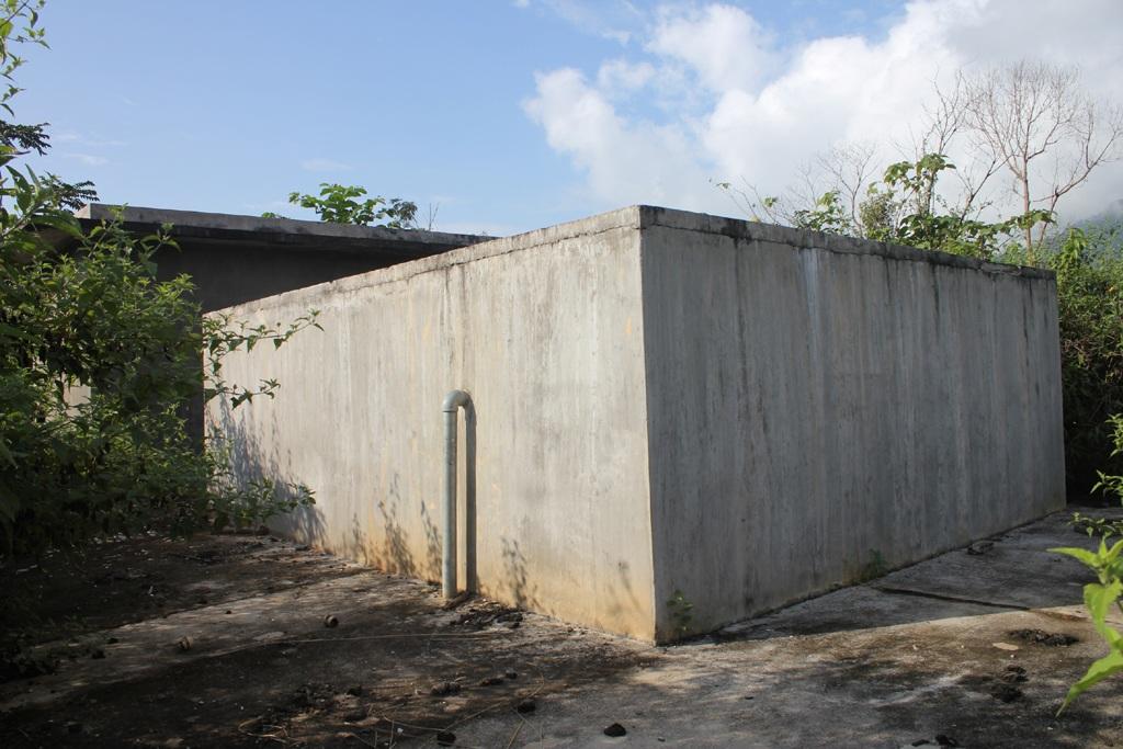 Bể chứa, cung cấp nước sinh hoạt cho người dân điểm TĐC Piêng Cu lâu lắm rồi không còn hoạt động.