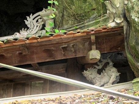 Kiến trúc Chùa Thầy với vách đá cổ kính rêu phong và nhiều họa tiết mang biểu tượng ý nghĩa.