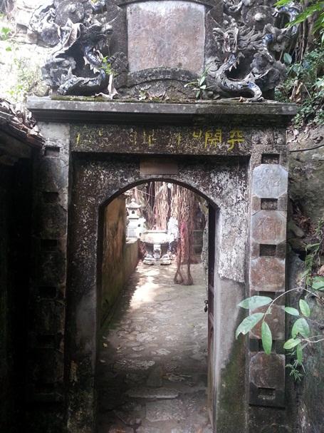 Động Thánh hóa – tương truyền đây là nơi thiền sư Từ Đạo Hạnh thoát xác đầu thai làm vua Lý Thần Tông.