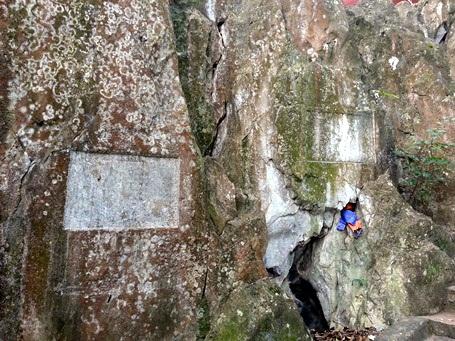Những di bút khắc trên vách đá tại núi Sài Sơn.
