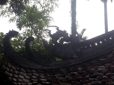 Một vài họa tiết trang trí hình con nghê bằng đá trên mái chùa.