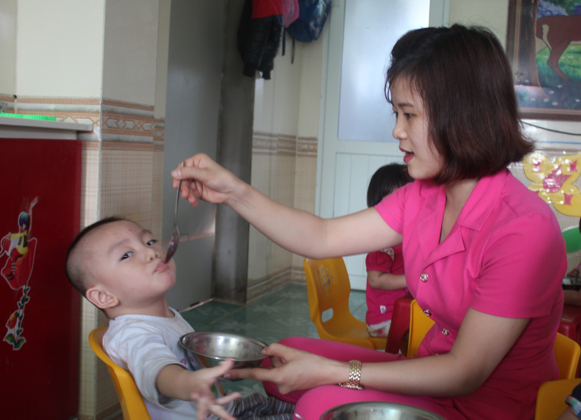 Công việc của các giáo viên mầm non thường bắt đầu từ lúc 6h30 phút sáng, bắt đầu bằng việc đón trẻ và cho trẻ ăn.