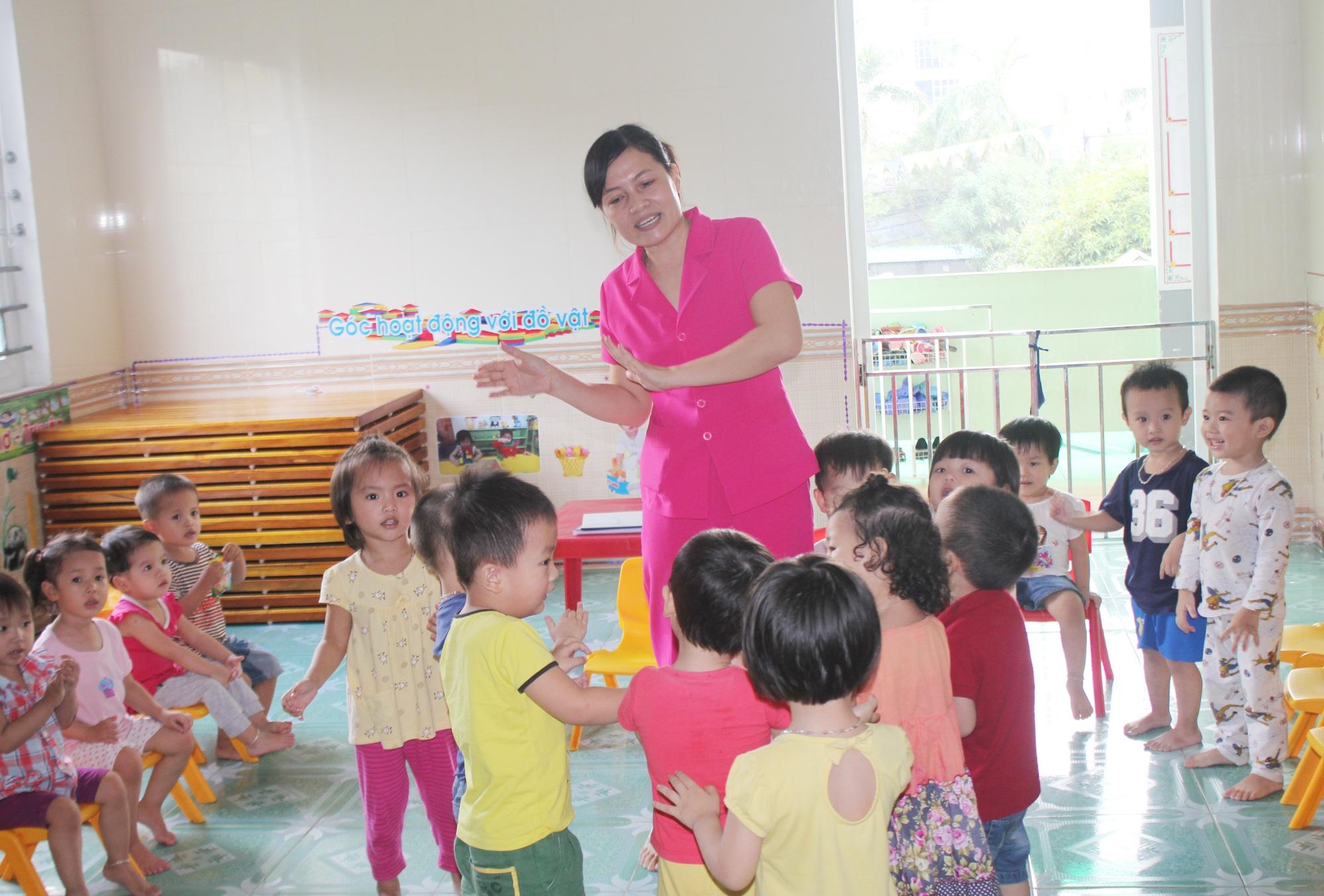 Chỉ có lòng yêu nghề mến trẻ mới giúp các cô giáo có thể vượt qua áp lực công việc để gắn bó với nghề.