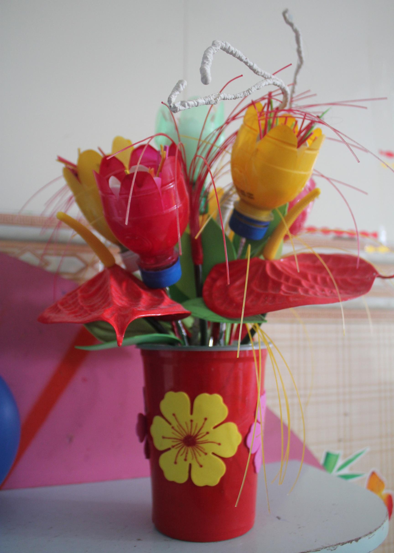 Những chai lọ phế liệu dưới bàn tay khéo léo của các cô giáo mầm non trở thành đồ trang trí, đồ dùng, đồ chơi cho trẻ.