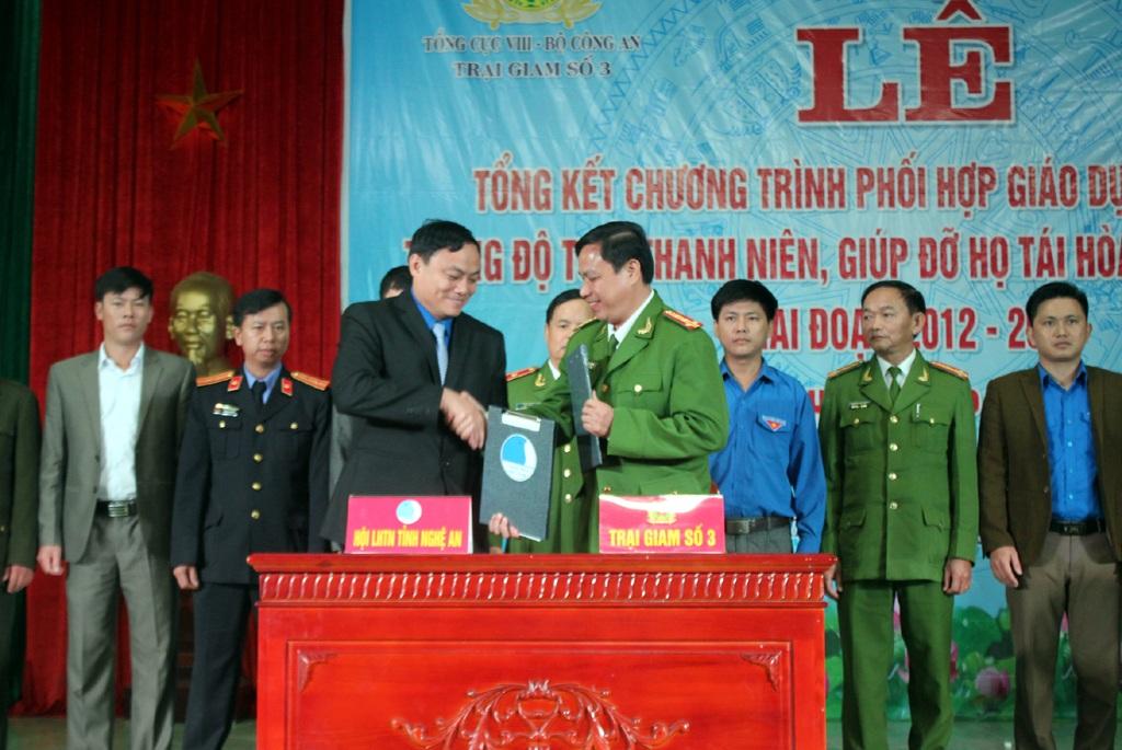 Trại giam số 3 và Hội LHTN tỉnh Nghệ An ký kết chương trình phối hợp giáo dục phạm nhân trong độ tuổi thanh niên và giúp đỡ họ tái hòa nhập cộng đồng.