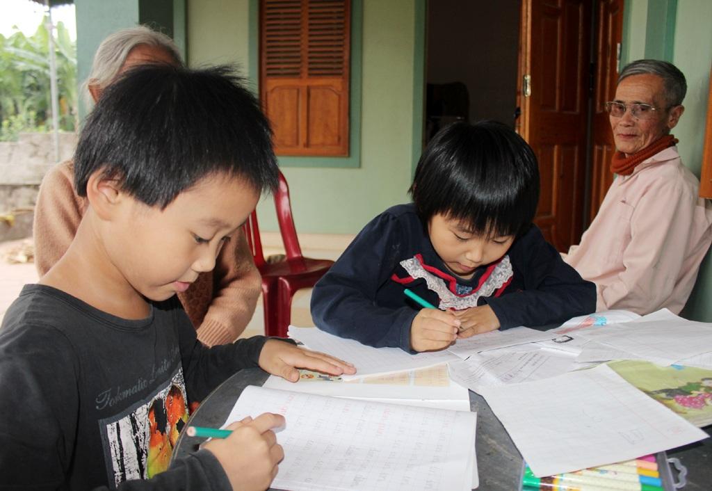 Hiện Ánh Hồng và người chị sinh đôi đang học lớp 1.