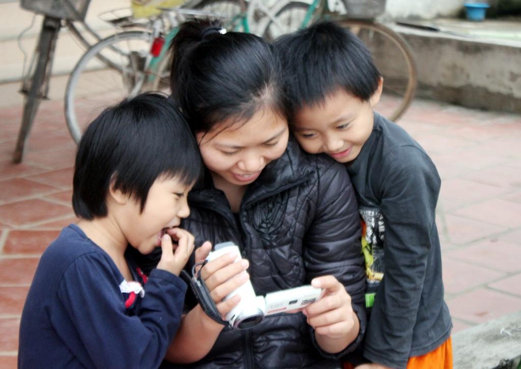 Ánh Hồng (bên phải) rất hào hứng với những clip múa hát của hai chị em do PV Dân trí ghi lại.