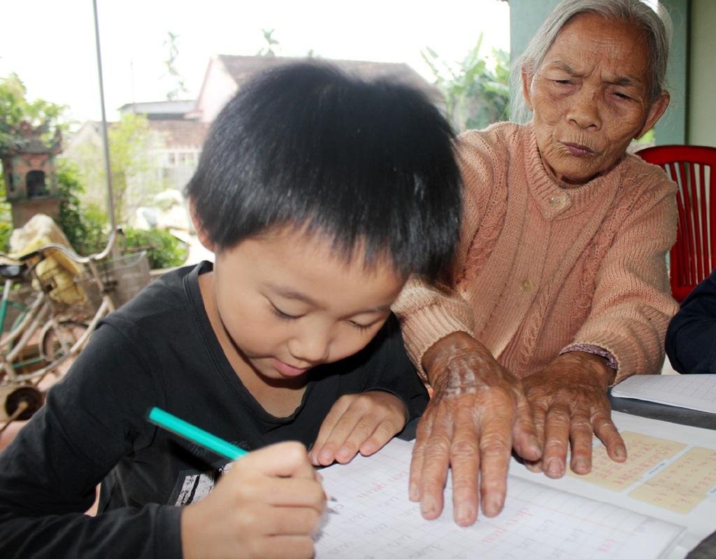 Bà Trần Thị Miêu - bà nội vẫn chịu trách nhiệm chăm sóc chị em Ánh Hồng bởi bố bé đi làm công nhân xa nhà, mẹ đi làm ở công ty may.
