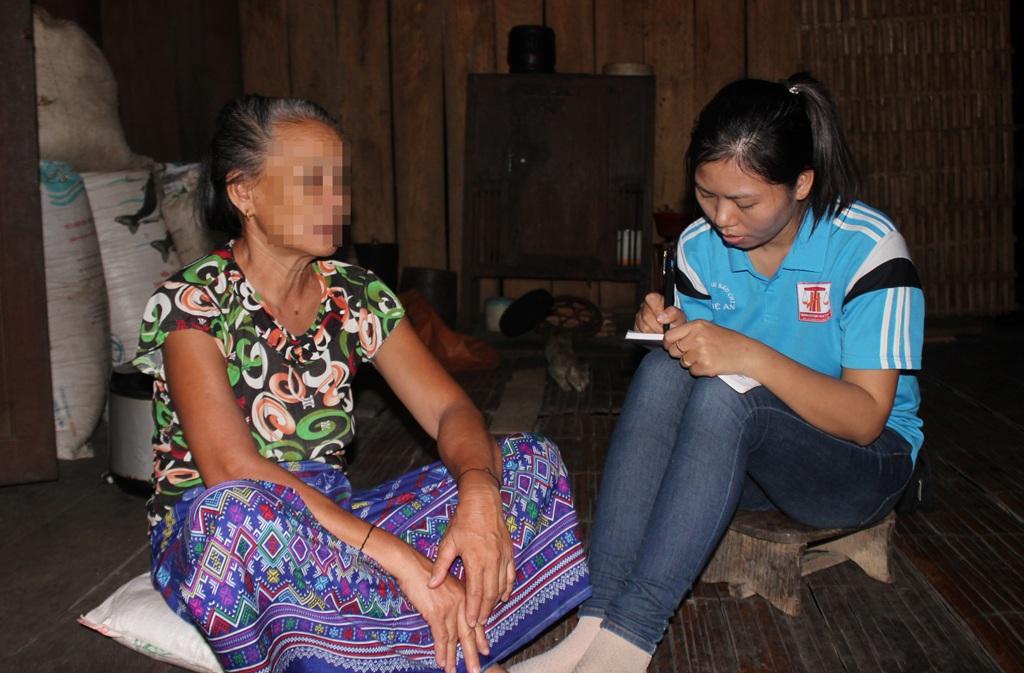 Bà Hà Thị Quý chia sẻ câu chuyện của vợ chồng người con trai đã chết vì căn bệnh thể kỉ với PV Dân trí.