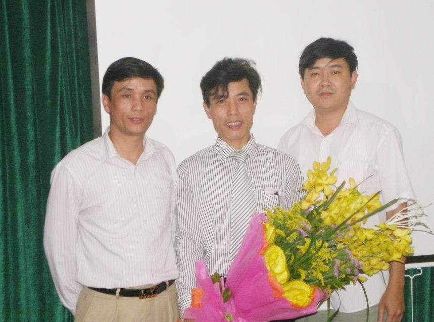 Ông Phùng Đức Nhân (ngoài cùng bên trái) - người vừa được bổ nhiệm làm Trưởng phòng GD-ĐT thị xã Cửa Lò (ảnh FBNV).