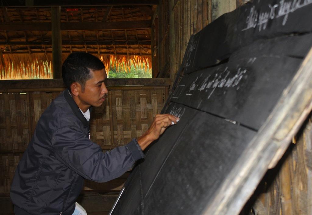 Tấm bảng gãy được các thầy giáo dùng lạt giang và mẩu gỗ nẹp lại.