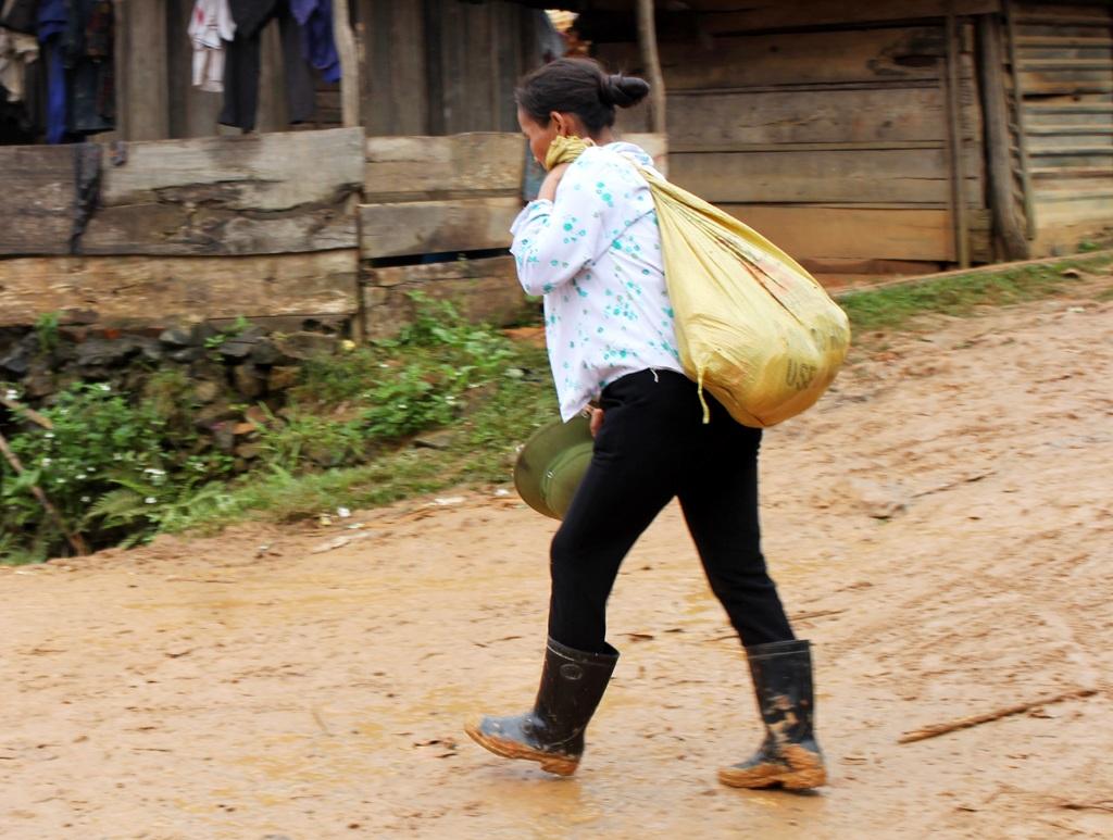 Kể cả khi không có gùi hay ế thì tấm lưng của người phụ nữ dân tộc Mông vẫn thực hiện nhiệm vụ vận tải hàng hóa.
