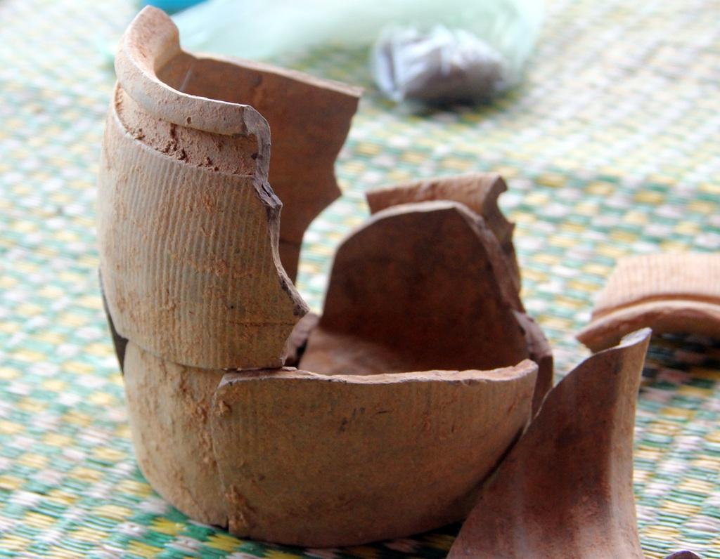 Khi được phát hiện thì chiếc hũ sành đã bị vỡ nhiều mảnh, lộ ra những chiếc vòng bạc lớn - Ảnh: P.Việt
