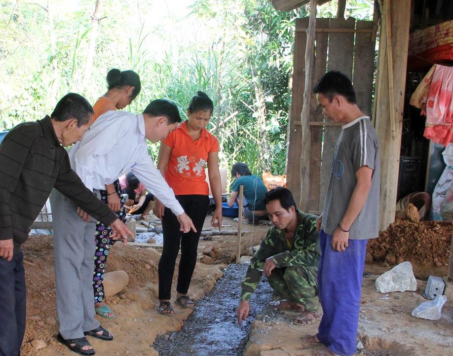 Khu vực phát hiện chiếc hũ sành chứa vàng bạc (anh Phúc là người ngồi) - Ảnh: P.Việt