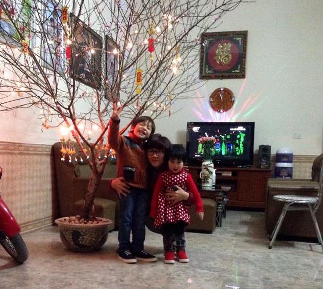 Chồng trực Tết, chị Linh đón giao thừa cùng hai con.