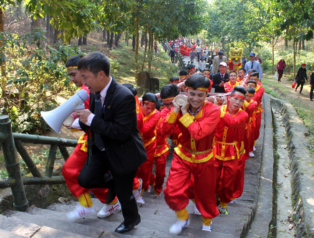 20 trai tráng được huy động để khiêng 1 chiếc bánh lên khu mộ bà Hoàng Thị Loan ở trên núi Động Tranh.