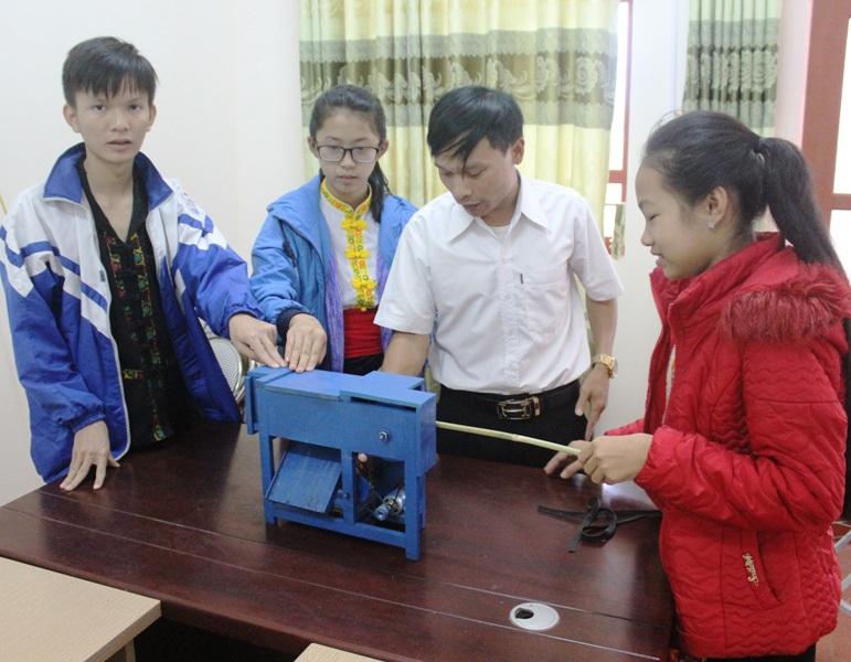 Công trình máy gọt vỏ mía của hai học sinh Trường PT dân tộc nội trú THCS Tương Dương.