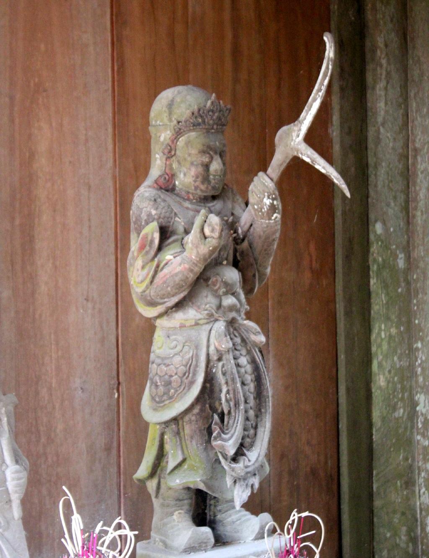 Những bức tượng tinh xảo, đạt đến trình độ nghệ thuật cao nhưng cũng bị rêu mốc tấn công.