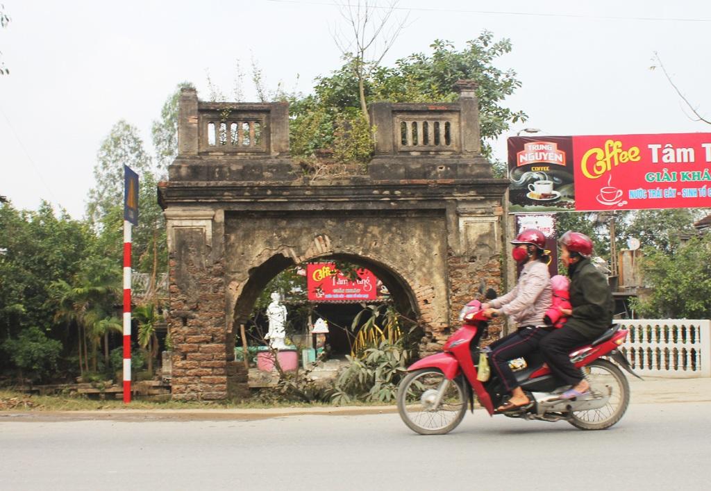 Cổng đình làng Phù Xá đứng trơ trọi bên đường.