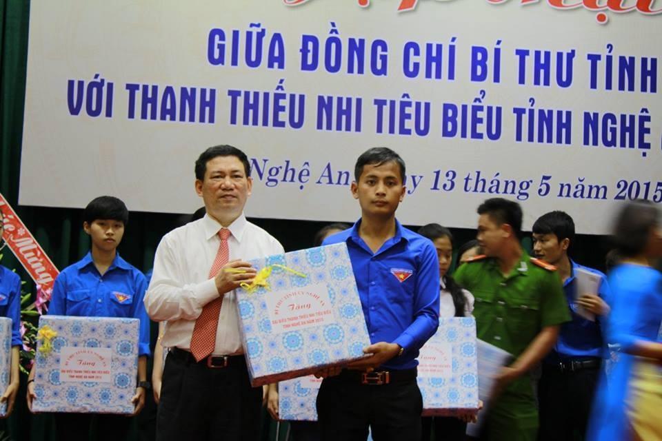 Bí thư Tỉnh ủy Nghệ An Hồ Đức Phớc tặng quà cho một nhà nông trẻ tại buồi đối thoại với thanh thiếu nhi tiêu biểu tỉnh Nghệ An năm 2015.