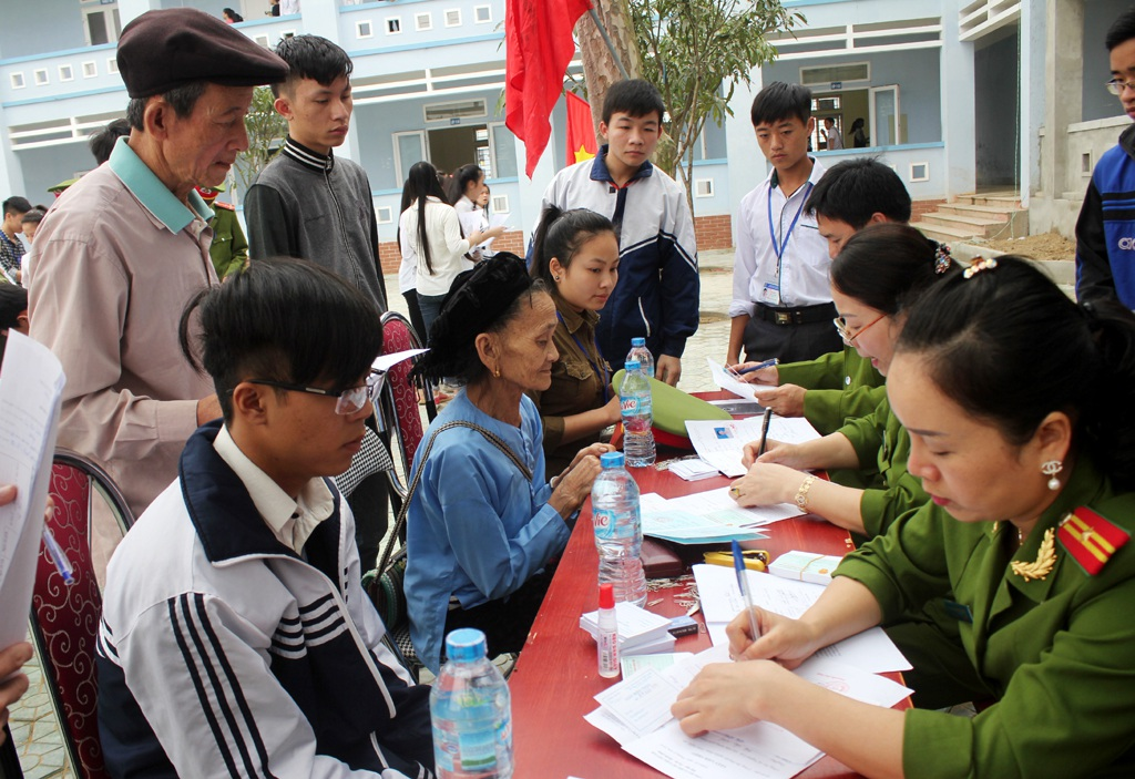 Vợ chồng cụ Lô Văn Thiết và bà Lô Thị Mai làm chứng minh thư nhân dân cùng các em học sinh Trường THPT Dân tộc nội trú số 2.