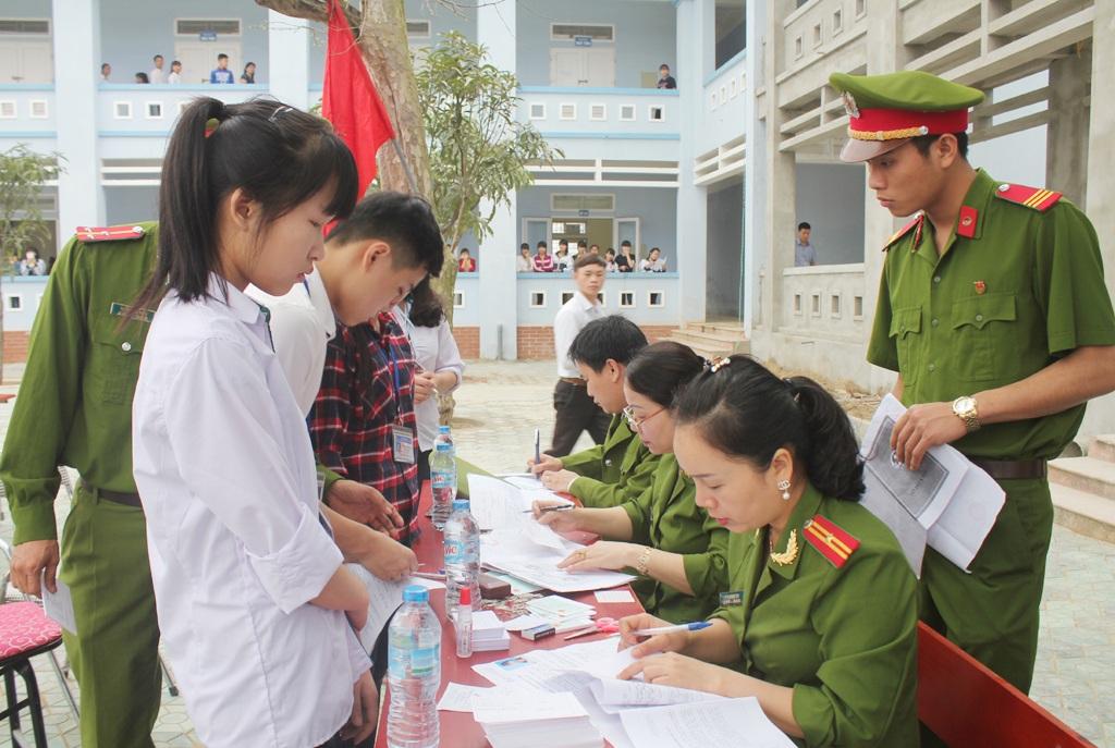 Các em học sinh Trường THPT Dân tộc nội trú số 2 tỉnh Nghệ An làm hồ sơ cấp chứng minh thư nhân dân ngay tại trường học.