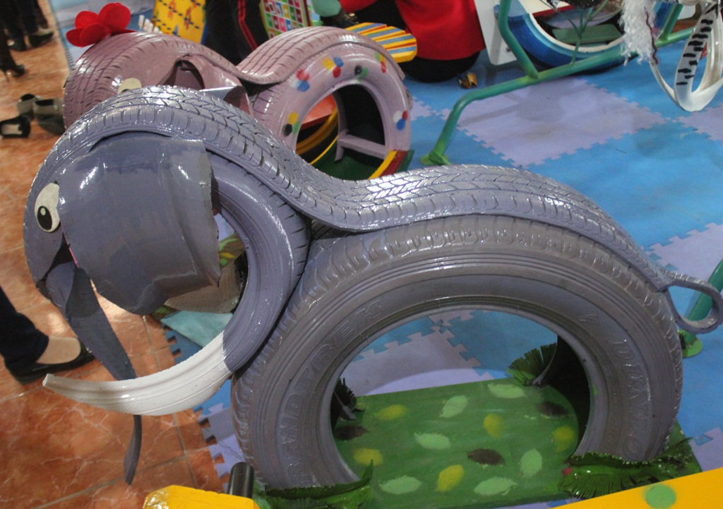 Những chú voi được làm từ lốp ô tô bỏ đi.