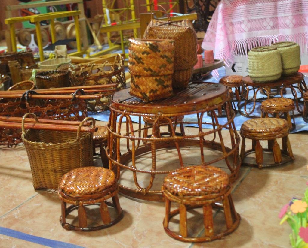 Bộ bàn ghế, đồ vật đựng xôi của đồng bào Thái ở miền Tây Nghệ An.