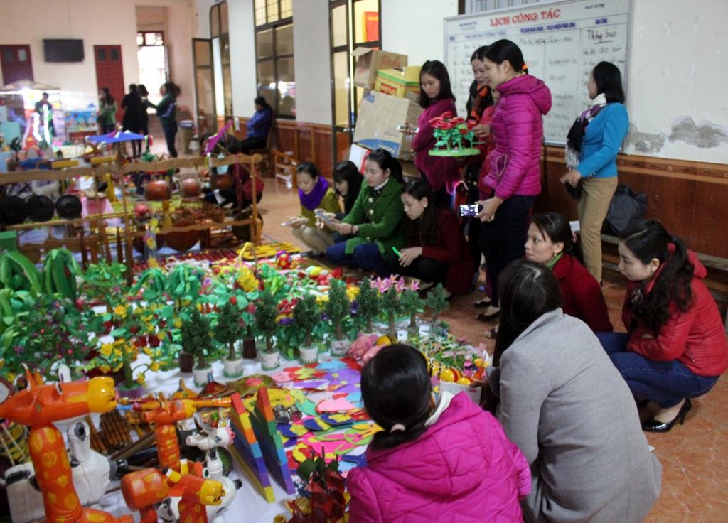 Hội thi đồ dùng đồ chơi là dịp để các cô giáo mầm non khoe tài, học hỏi lẫn nhau.