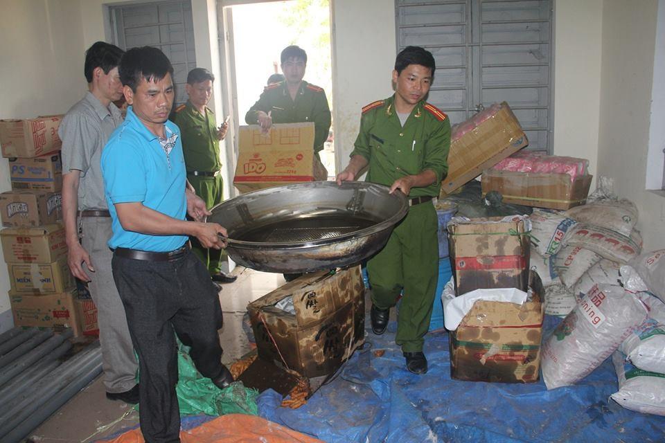 Cảnh sát môi trường thu giữ phụ gia không rõ nguồn gốc tại cơ sở sản xuất quẩy của ông Đới Văn Thịnh.