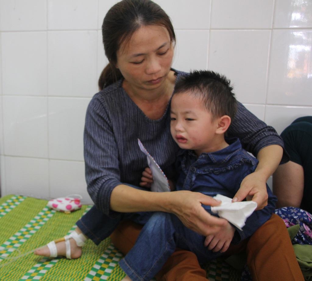 1 trong 2 trẻ mẫu giáo đang được điều trị tại Bệnh viện đa khoa huyện Thanh Chương (Nghệ An) sau khi bị ong rừng tấn công (ảnh Sơn Thịnh).