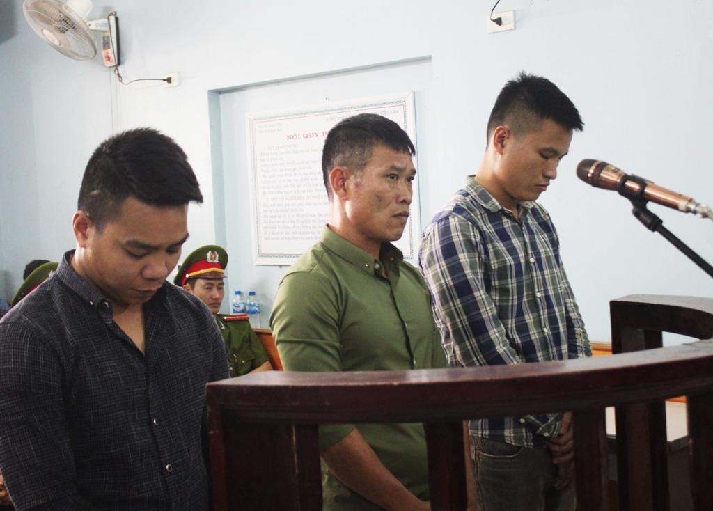 Hoàng Khắc Vinh (đứng giữa) và Nguyễn Phi Long, Nguyễn Duy Thông tại phiên tòa sáng ngày 19/3.