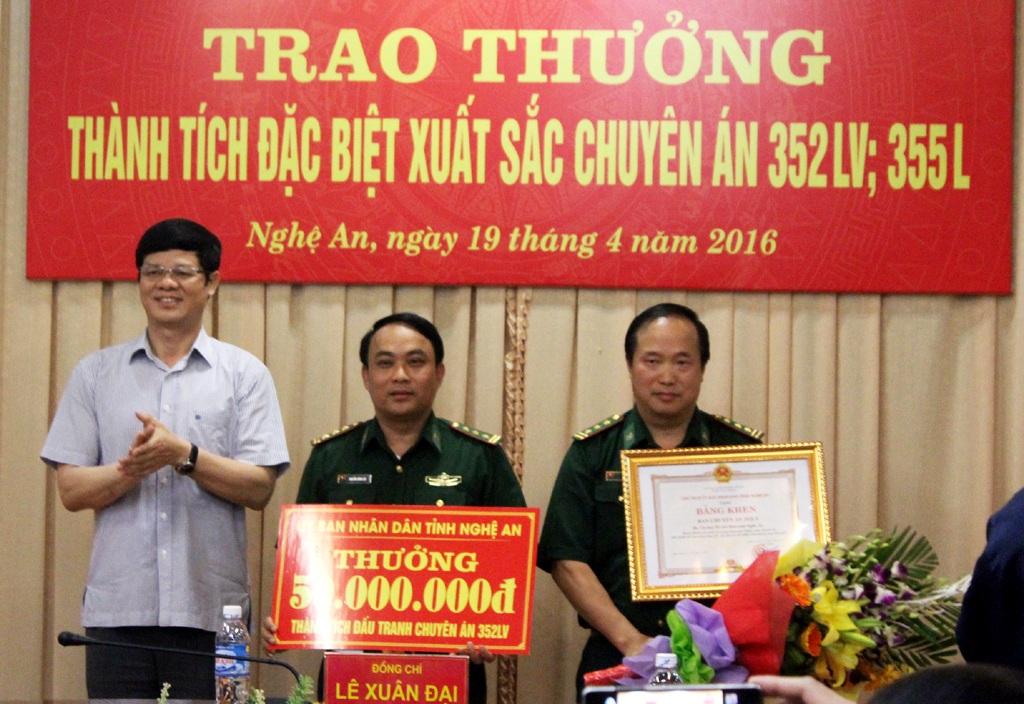 Ông Lê Xuân Đại - Phó Chủ tịch UBND tỉnh Nghệ An trao thưởng cho ban chuyên án.