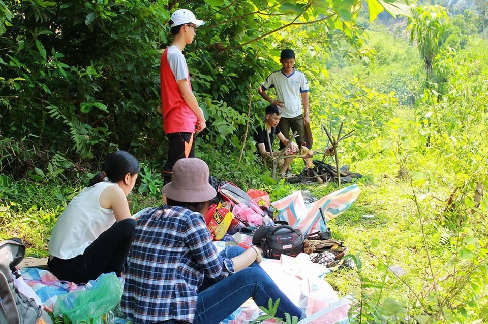 Du khách tự chuẩn bị bữa trưa cho mình với gà đồi, cá khe. Thưởng thức những món ngon tự tay mình chuẩn bị giữa khung cảnh hoang sơ của núi rừng thực sự là một trải nghiệm vô cùng thú vi đối với nhiều thực khách.