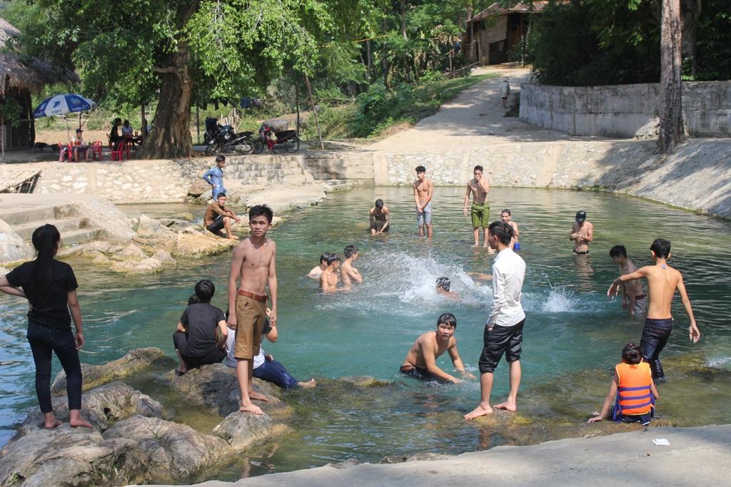 Thỏa thích vùng vẫy trong làn nước trong vắt của khe Nước Mọc (xã Yên Khê, Con Cuông, Nghệ An).