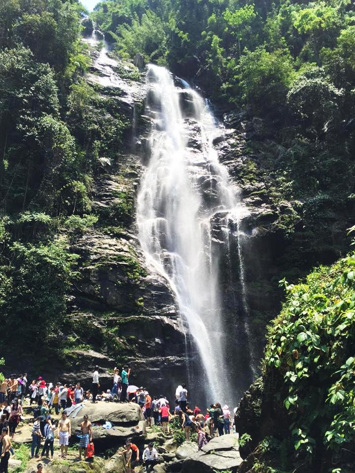 Du khách đổ về thác Khe Kèm (Vườn Quốc gia Pù Mát, Con Cuông, Nghệ An) trong kỳ nghỉ lễ 30/4, 1/5.